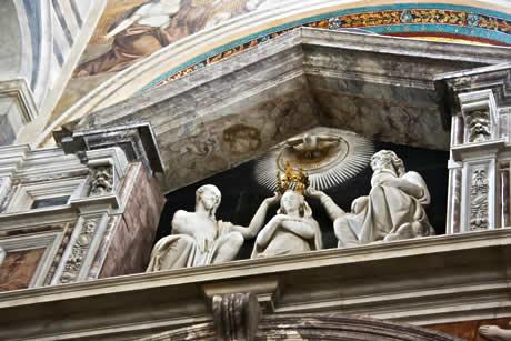 Des statues et des décorations dans la Cathédrale de Pise